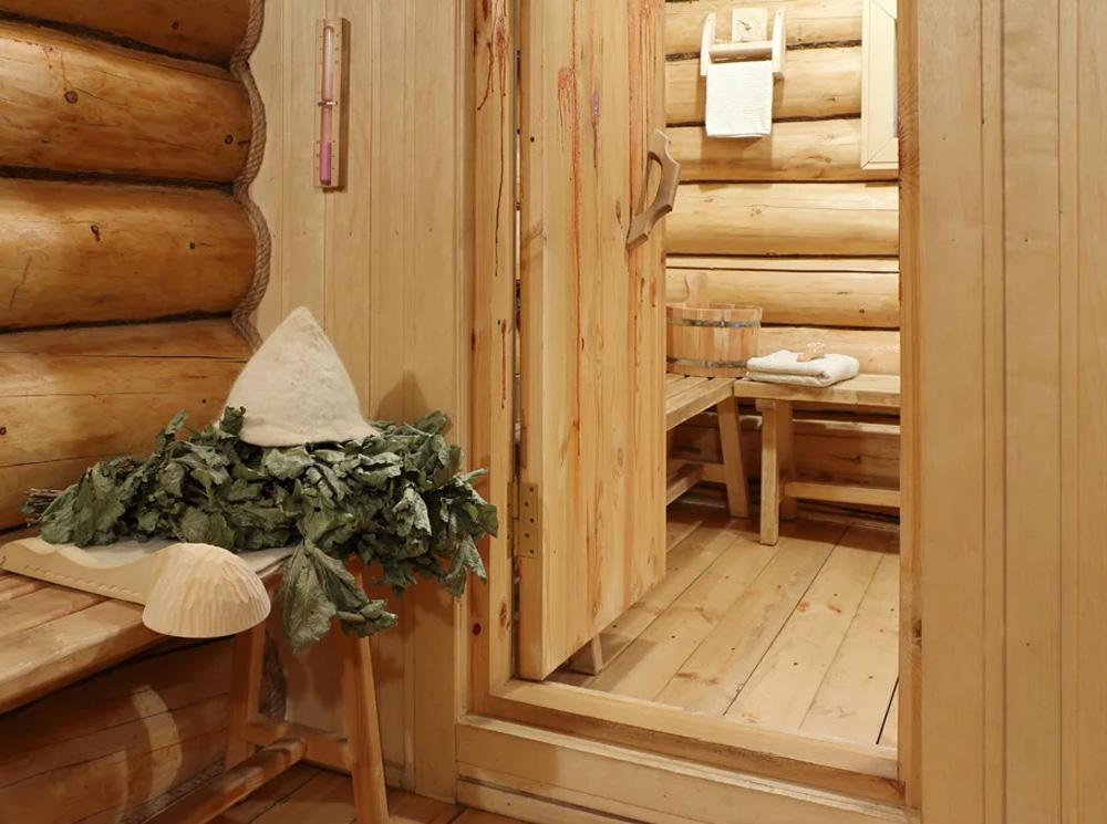 Деревянная дверь в парилку